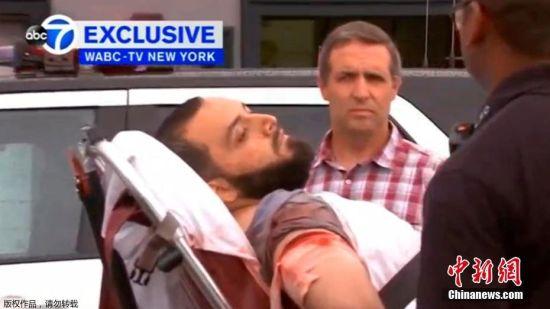 当地时间9月19日,美国新泽西州一家电视台的视频画面显示,纽约爆炸案疑犯拉哈米在被警方枪击后受伤落网。美国纽约市警方当日发布通缉令,认定28岁的艾哈迈德・汗・拉哈米为17日纽约曼哈顿切尔西区爆炸事件的嫌疑人。