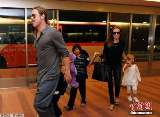 9月20日消息,著名女星安吉莉娜・朱莉(Angelina Jolie )已诉请和影星丈夫布拉德・皮特离婚,据称导火线是因为孩子起冲突。图为2013年7月28日,皮特与朱莉带着孩子抵达日本东京羽田国际机场。