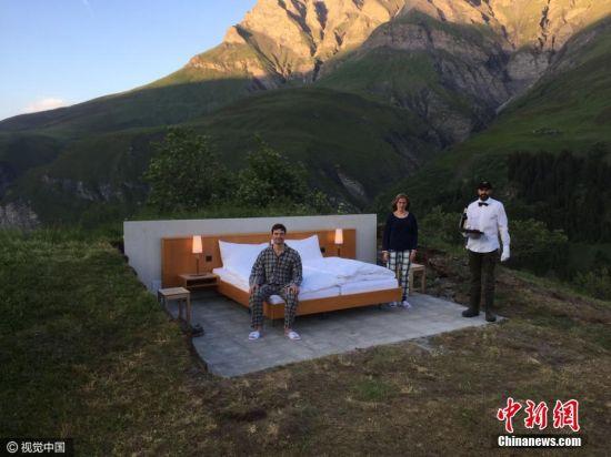2016年9月21日讯,瑞士,Null Stern酒店打破了所有关于豪华酒店的刻板印象。在那里除了一张床和几张床边桌,什么都没有。没有门、没有墙壁、没有天花板――只是在你周围有瑞士阿尔卑斯山的壮丽景色。酒店位于瑞士阿尔卑斯山海拔1970米的山脉上。这个房间的价格是每晚210美元。图片来源:视觉中国