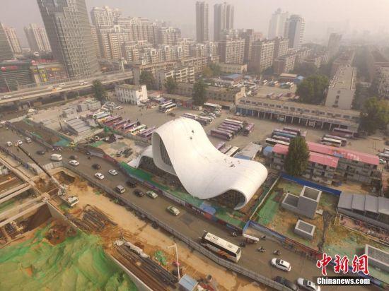 2016年10月19日,河南郑州,紫荆山路陇海路交叉口附近一座新建的白色建筑因造型奇特。这座即将完工的高大建筑有8层楼高,外观为白色,顶部中间凸起,里面装有玻璃幕墙。中新社发 杨正华 摄 图片来源:CNSPHOTO