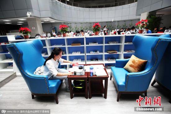 别人家的学校之豪华自习室   当人们还在用尽各种方式去自习室占座的时候,有人已经在豪华自习室里品尝起了咖啡和点心。俗话说得好,没有对比就没有伤害…… 图片来源:视觉中国