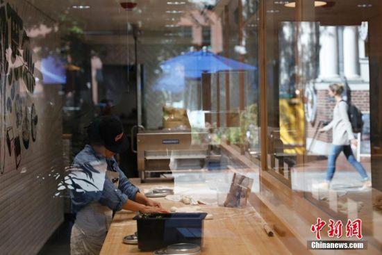 2016年10月,位于美国马萨诸塞州波士顿剑桥镇哈佛广场的Tom's BaoBao包子店的包子受到华人学生的欢迎。这里是哈佛大学核心区,汇集多家咖啡馆、餐馆、书店。Tom's BaoBao是杭州甘其食包子店的美国第一家分店,7月开张以来受到哈佛师生欢迎,最低3美元一个的包子,顾客常常排队购买。Tom是该店老板童启华的英文名,他在中国经营包子店已经多年,在长三角地区有近200家门店,作为工科男,童启华把科学的缜密性加入包子中,面皮、馅料有精确的重量标准,误差范围不能超过2克,蒸笼也是长三角地区最好的竹子制作的。他计划在美国罗德岛等地区继续开分店。 中新社记者 廖攀 摄