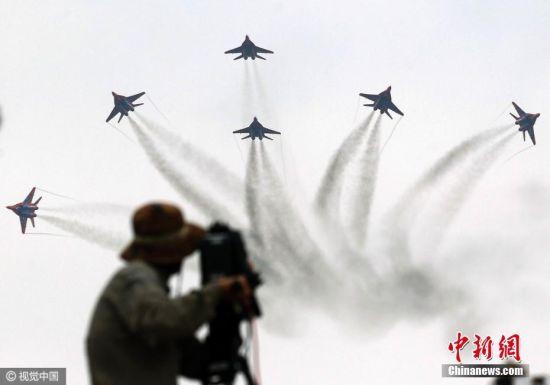 """2016年10月30日,广东省珠海市,俄罗斯空军""""勇士""""特技飞行表演队的5架苏-27战机和""""雨燕""""特技飞行表演队的4架米格-29战机首次在中国进行混全编队表演训练。11月1日,第11届中国航展将在珠海开幕,俄罗斯""""勇士""""""""雨燕""""将为中国观众进行一场精彩绝伦的混和编队飞行表演。图片来源:视觉中国"""