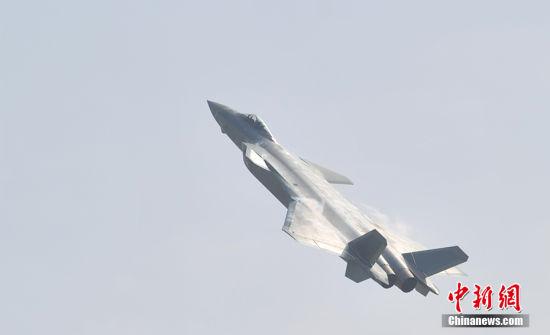 11月1日,第十一届中国航展将在广东珠海国际航展中心开幕。国产隐身战机歼-20首次公开亮相,空中起舞。 中新网记者 金硕 摄