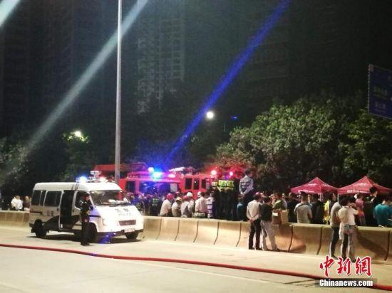 深圳市公安消防支队官方微博11月1日晚发布消息称,当天19时58分,深圳南山区侨香路天鹅堡对面一高层在建楼盘发生火灾,消防部门出动2多辆消防车,110多名消防官兵进行救援,至21时45分,火灾被完全扑灭。经消防队员逐层搜索,并与施工方最终确认,共疏散转移了135人,暂未发现人员伤亡。陈文 摄