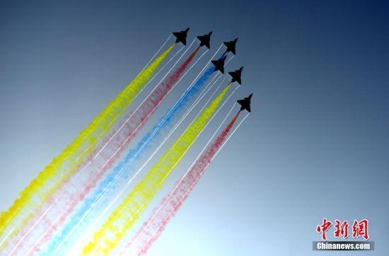 """多机水平向上开花:多机水平开花时,飞机的进入高度为100米,时速为650公里,这是飞行员用特有的方式向来宾致意。图为2016年11月1日,第十一届中国航展在广东珠海国际航展中心开幕。中国空军八一飞行表演队上演""""空中芭蕾""""。柯小军 摄"""