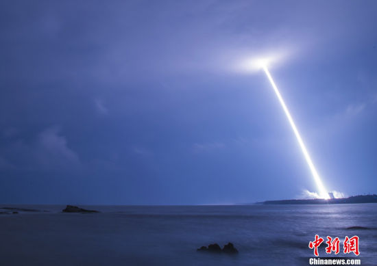 11月3日20时43分,中国最大推力新一代运载火箭长征五号,在中国文昌航天发射场点火升空,约30分钟后,载荷组合体与火箭成功分离,进入预定轨道,长征五号运载火箭首次发射任务取得圆满成功。 中新社记者 骆云飞 摄