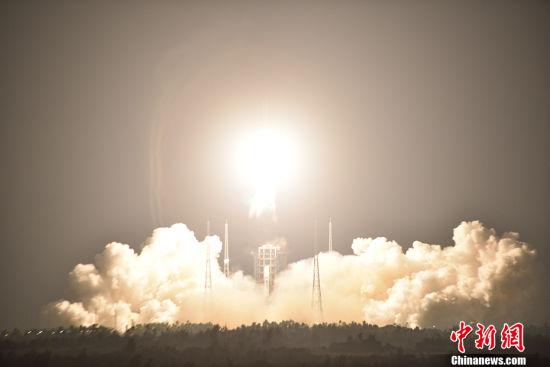 11月3日20时43分,中国最大推力新一代运载火箭长征五号,在中国文昌航天发射场点火升空,约30分钟后,载荷组合体与火箭成功分离,进入预定轨道,长征五号运载火箭首次发射任务取得圆满成功。 中新社发 付毅飞 摄