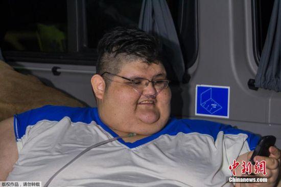 当地时间11月15日,墨西哥瓜达拉哈拉,32岁的Juan Pedro Franco卧床6年,体重接近500公斤,无法行走。接下来几天,Franco将住院接受医学鉴定,判断他是否能重新走路。