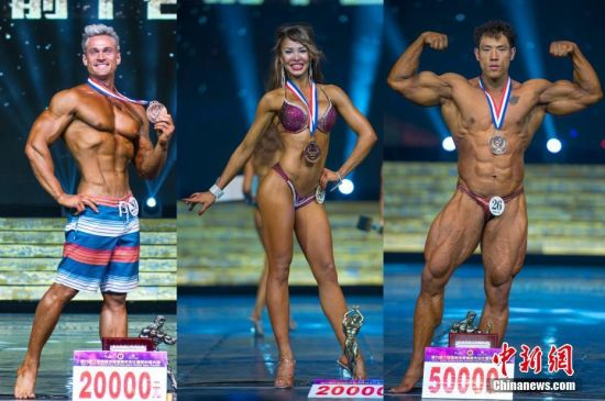 12月4日晚,第六届三亚国际沙滩健美先生比基尼小姐大赛总决赛在海南省三亚市美丽之冠大剧院举行,来自中国、美国、俄罗斯等国家和地区的近368名选手经过激烈角逐,最终来自乌克兰的Voloshyn Andrian获男子健体职业组冠军,来自三亚吉成健身的伊娃获女子比基尼职业组冠军,来自三亚吉成健身的李亚强获男子健美职业组冠军。图由左至右为获得男子健体冠军的Voloshyn Andrian、女子比基尼冠军伊娃、男子健美冠军李亚强。 骆云飞 摄