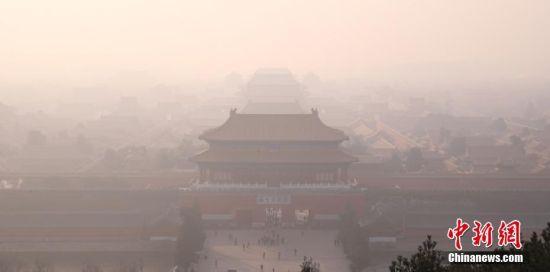 12月18日,雾霾中的紫禁城。从12月16日开始,北京遭遇今冬以来最严重的区域性空气重污染过程,预计持续时间超过5天。对此,北京市空气重污染应急指挥部于12月15日提前发布今年首个空气重污染红色预警,12月16日20时启动各项应急措施,其中包括机动车单双号行驶(电动车除外)、中小学及幼儿园采取弹性教学或停课等。中新社记者 韩海丹 摄