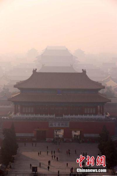 雾霾中的紫禁城。 中新社记者 韩海丹 摄