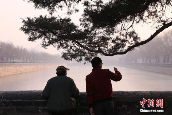 市民在雾霾中出行。 中新社记者 韩海丹 摄