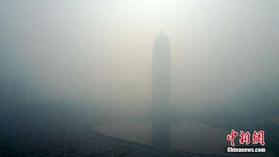 """有""""中原第一高楼""""之称的""""大玉米""""难见真容。据了解,""""大玉米""""和电视发射塔都有着高耸入云的身段,""""大玉米""""高280米,有""""中原第一高楼""""之称,河南广播电视发射塔,被誉为""""世界第一高钢塔"""",总高度388米。 王中举 摄"""