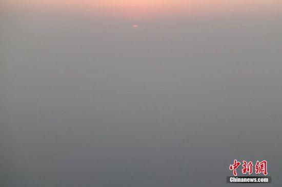 自12月16日开始,北京遭遇2016年冬季以来最严重的区域性空气重污染过程,预计持续时间超5天。北京市空气重污染应急指挥部于12月15日提前发布2016年首个空气重污染红色预警,12月16日20时启动各项应急措施。图为12月18日北京上空雾霾遮天。 中新社记者 崔楠 摄