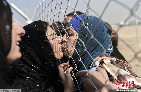 重逢之吻 2016年10月26日,伊拉克Aksi Kalak,刚从摩苏尔逃出来的伊拉克人与两年前住进难民营的亲人重逢。从10月17日摩苏尔收复战打响以来,大批居民为躲避战乱逃离家园。