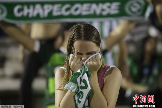 天堂也有足球 2016年11月29日,一架载有巴西沙佩科恩斯俱乐部球员的飞机在哥伦比亚坠毁,飞机上的81人中75人死亡,6人获救。当日,巴西总统特梅尔宣布,官方将为遇难者致哀3天。图为参加悼念活动的沙佩科恩斯队球迷。