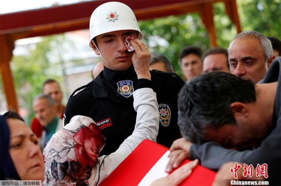 别哭! 2016年6月8日,土耳其,一个警官的葬礼上,一位女士为仪仗队官兵擦拭眼泪。此前一日,土耳其最大城市伊斯坦布尔发生炸弹爆炸,一辆警用巴士被炸毁。