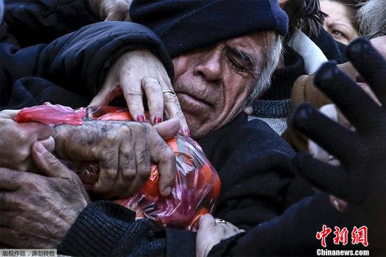 来之不易的果实 2016年1月27日,希腊农民抗议政府改革养老金政策免费发放橘子,民众蜂拥抢橘子。生活对于这个饱受经济危机国家的民众来说,愈发不易。