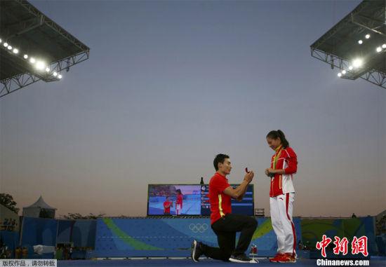 奥运赛场的浪漫 2016年8月14日,巴西里约,2016里约奥运会跳水女子3米板决赛后,中国运动员秦凯现场向何姿求婚。
