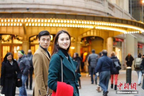 当地时间12月21日,世界小姐、世界先生获奖中国选手孔敬、常洲盛步行在纽约曼哈顿街头。12月18日,2016世界小姐大赛在美国马里兰州举行,经过多轮角逐,来自中国河南的孔敬跻身十强。7月19日,2016年世界先生大赛在英国绍斯波特落幕,来自中国海南的常洲盛进入前十并获得最佳时尚潮流奖。目前,常洲盛在美国萨凡纳艺术和设计学院时尚与奢侈品管理专业攻读硕士研究生。 中新社记者 廖攀 摄