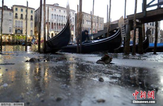 """当地时间2016年12月29日,意大利威尼斯,由于罕见""""低潮"""",""""水城""""威尼斯的海平面降至低点。不少河道河床暴露,导致主要交通工具贡多拉船陷在淤泥中。"""
