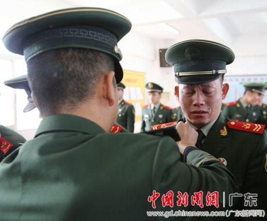 武警汕头支队四级警士长徐勤兵在中队干部卸衔时,回忆十六年军旅生图片