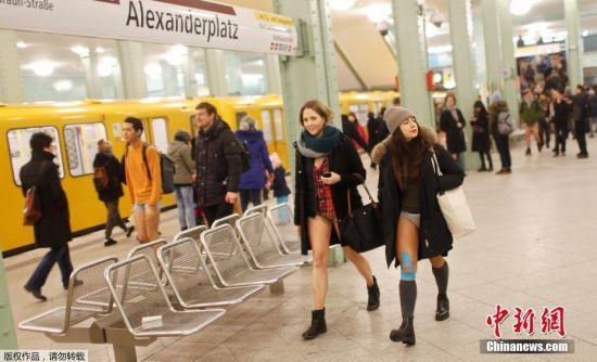"""1月8日,德国柏林,民众不惧严寒不穿裤子搭乘地铁,响应一年一度的""""无裤日""""。近日,欧洲大陆寒流肆虐,已导致至少23人死于低温天气,其中包括一些无家可归者。"""