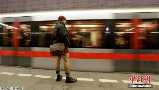 """1月8日,捷克布拉格,民众不惧严寒不穿裤子搭乘地铁,响应一年一度的""""无裤日""""。近日,欧洲大陆寒流肆虐,已导致至少23人死于低温天气,其中包括一些无家可归者。"""