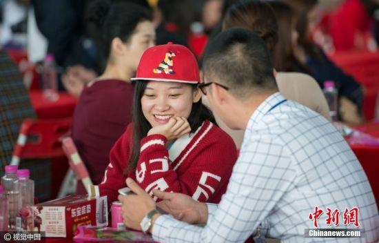 2017年1月8日消息,第18届粤港万人相亲会在东莞樟木头观音山景区举行,吸引了3217名粤港单身青年报名参加。 安东 摄 图片来源:视觉中国