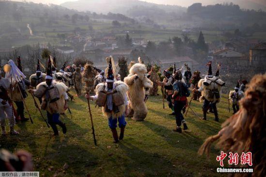 当地时间2017年1月8日,西班牙北部坎塔布里亚省小镇西里奥的居民装扮成树人和熊等角色,走上街头举行假面游行,庆祝新的一年开始。西里奥小镇的La Vijanera假面游行是西班牙的传统节庆活动,固定在每年的第一个星期天举行。大家戴起面具,装扮成民间故事的角色上街游行,纪念旧的一年逝去,新的一年到来。同时,西里奥镇的假面游行也揭开了欧洲冬季狂欢节的序幕。