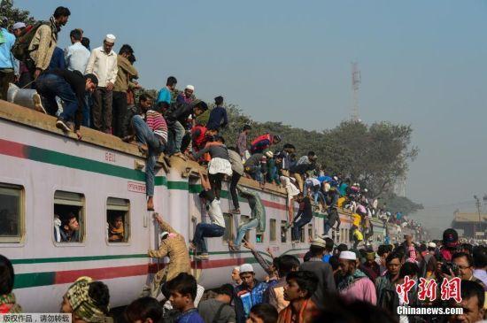 当地时间2017年1月15日,孟加拉国达卡,世界穆斯林宣教大会最后一天,抵达与离开的民众聚集在达卡郊区Tonji火车站。这场穆斯林集会是世界第二大穆斯林集会,为期三天。