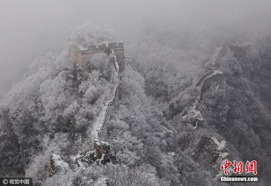 2017年1月15日,北京箭扣长城瑞雪过后现壮美冰雪树挂,遍身银装,好一派壮丽雄伟的北国风光,风雪中的长城,巍峨挺拔、雄浑壮美。此时登上箭扣长城,尽情享受这美丽的画卷。图片来源:视觉中国