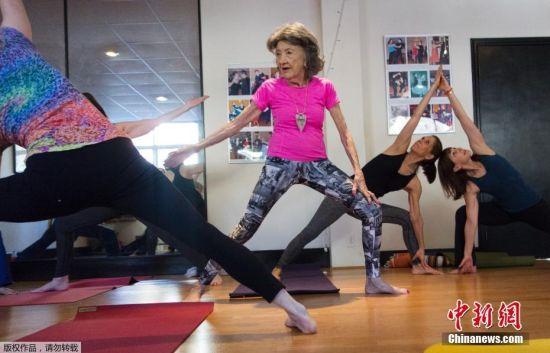 Tao有自己的瑜伽学院,平时的她依旧坚持5点起床和自己的学员一起做瑜伽,还会在周末的时候举办瑜伽课。