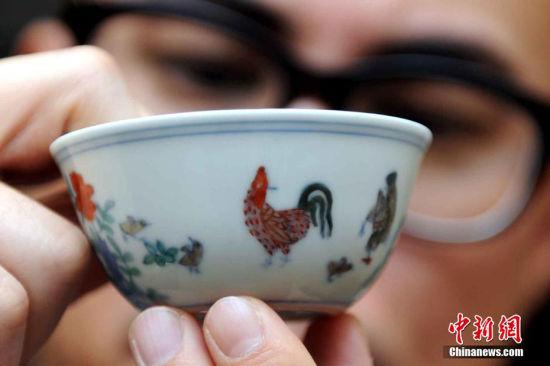最贵的鸡 超过2亿港币的鸡――缸杯,估计算得上是天下最贵的鸡了。2014年,这件玫茵堂珍藏明成化斗彩鸡缸杯以落槌价2.5亿元港币,总成交价2.8124亿元港币拍出,听说它的卖家拿到杯子后,就用来喝了杯茶,真是有钱任性啊。 中新社记者 谭达明 摄