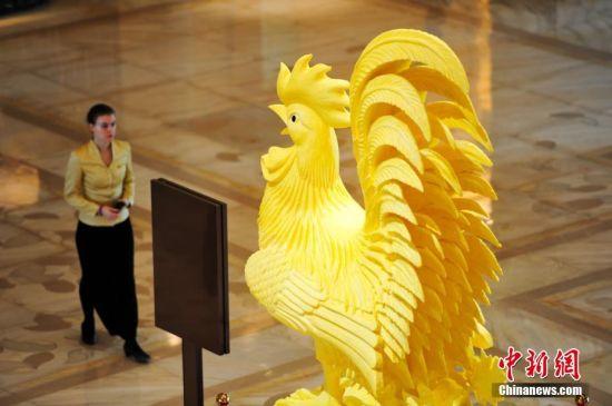 """最壕的鸡 2017年1月4日,这件高3.6米,宽1.3米的""""金鸡报晓""""黄油雕塑亮相辽宁沈阳一酒店。金光灿灿简直快闪瞎眼啦。 中新社记者 于海洋 摄"""