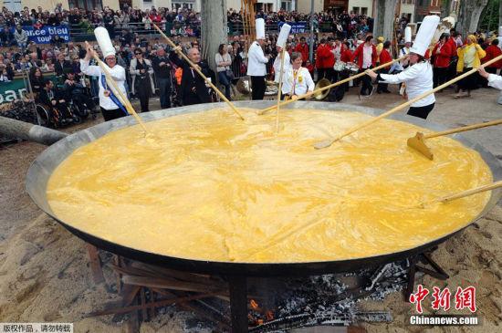最大的鸡蛋 2014年4月21日,法国西南部小城,民众蒸制了一份巨型煎蛋,耗费上万个鸡蛋。如果……这些鸡蛋用来摊煎饼,简直不敢想象。