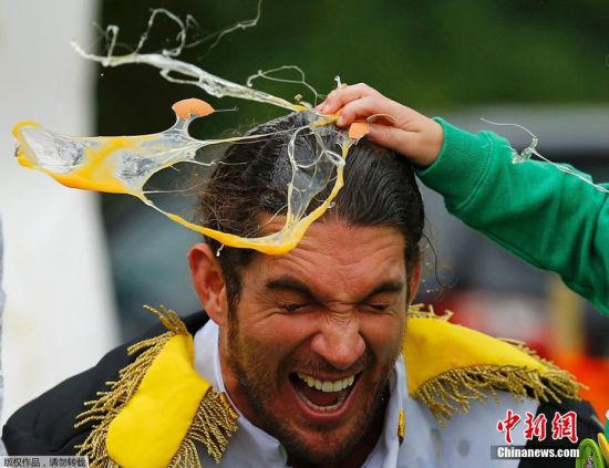 最热血的鸡蛋 2015年6月28日,英国林肯郡斯瓦顿举办世界扔鸡蛋锦标赛,现场蛋液四射令人捧腹,不知道鸡蛋洗发液对头发有没有特殊的效果。