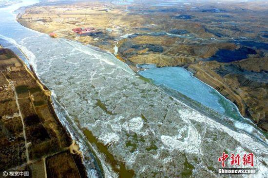 2017年2月7日,宁夏回族自治区石嘴山市,虽然已经立春,但因为寒流袭来,宁夏的春天却有冬天的寒冷。2月7日11时,在黄河宁夏段石嘴山惠农段,这里的黄河依然被冰覆盖。据了解,截止2月7日,黄河宁夏段麻黄沟河段封河20公里,其它河段无流凌、无封河。随着近期气温回升,预计10日全部开河。图片来源:视觉中国