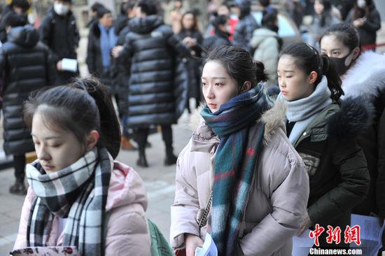 2月8日,北京电影学院2017年度招生考试开始,考场外帅哥美女如云。今年北京电影学院总报考人次达38144人次,同比去年增加7744人次,增长25.5%再创历史新高。中新网记者 金硕 摄