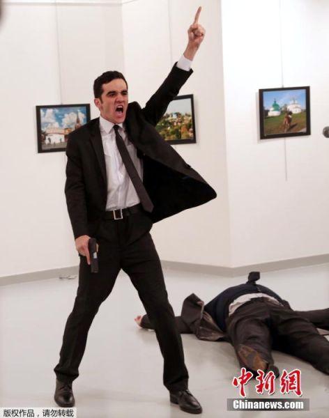 """当地时间2017年2月13日,第60届世界新闻摄影比赛(荷赛)获奖作品在荷兰阿姆斯特丹揭晓,中国摄影师王铁军获得日常生活类单幅二等奖,年度图片大奖由美联社记者Burhan Ozbilici 拍摄的《土耳其暗杀》获得。 当地时间2016年12月19日,土耳其安卡拉,俄罗斯驻土耳其大使卡尔洛夫躺在枪手阿特林塔斯旁边。卡尔洛夫当天在参加一个艺术展活动时遭枪击,受伤严重不治身亡,另有三人轻伤。据悉,枪击者在射击卡尔洛夫后表示:""""别忘记阿勒颇,别忘记叙利亚。"""" Burhan Ozbilici 摄"""