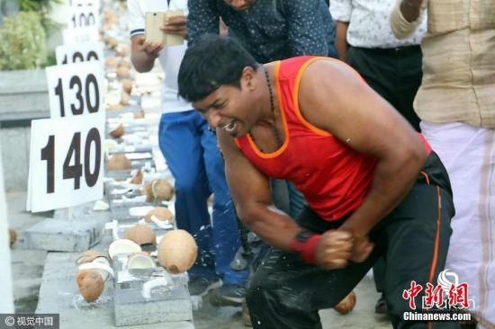 近日,印度德里久尔,25岁左右的Abeesh P. Dominic一分钟内徒手弄碎124个椰子, 从而创造吉尼斯世界纪录。此次纪录的设定时限为60秒,而他在不到50秒的时间中,就用右手肘打开145个椰子,而完全碎掉的椰子有124个。之前的纪录由德国人Muhamed Kahrimanovic保持,他一分钟碎了118个。图片来源:视觉中国