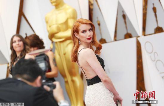 当地时间2017年2月26日,第89届奥斯卡颁奖礼(89th Annual Academy Awards)在美国洛杉矶杜比剧院举行,明星大腕云集红毯。艾玛・罗伯茨一头橙色长发毫不吝啬向媒体展示美背。