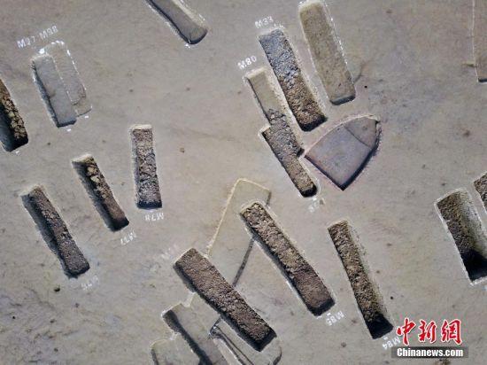 """3月7日下午,记者实地探访在成都市青白江区大弯镇双元村发现的船棺墓群发掘现场。该墓群规模近200座并成组分布,大部分墓葬葬具为船棺,年代跨度200多年,从春秋晚期延续至战国中晚期。目前已经出土上千件文物,大量为青铜器,还有一些陶器、漆木器、玉石器,堪称一座""""地下青铜器宝库""""。张浪 摄"""