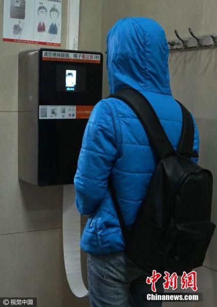 2017年03月19日,北京,天坛公园厕所内开始试用自动供纸机,机器具有人脸识别功能,每次刷脸取纸9分钟后才能再次取纸。杜佳 摄 图片来源:视觉中国