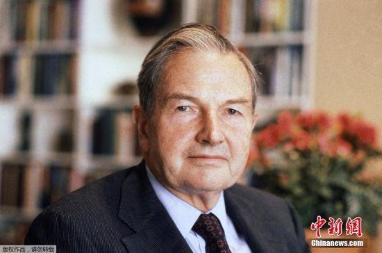 据美国媒体消息,美国亿万富翁戴维・洛克菲勒(David Rockefeller)3月20日早上在位于纽约州波卡蒂科山(Pocantico Hills)的家中去世,享年101岁。(资料图)