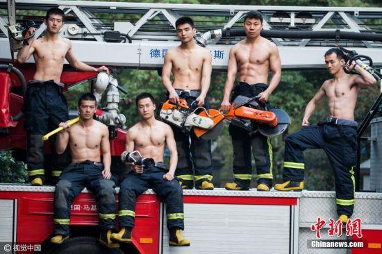 2017年3月14日,浙江省杭州市,摄影师在杭州湖滨、近江两个消防中队拍摄了多位90后消防战士秀肌肉的画面,看完感觉热血沸腾。每个中队的基层官兵,平时都非常注重体能训练,战士们个个体格强壮、身材健美。许康平 摄 图片来源:视觉中国