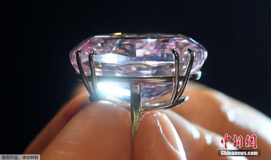 """当地时间2017年3月20日,英国伦敦,苏富比拍卖行展出最珍贵的""""粉红之星""""钻石。"""
