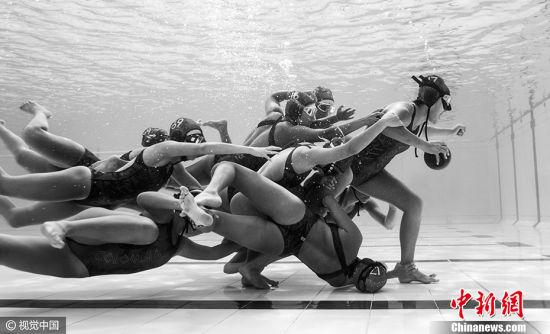 """哥伦比亚摄影师Camilo Diaz作品《水下球场》获得2017索尼世界摄影大赛公开组""""瞬间影像类""""大奖。图片来源:CFP视觉中国"""