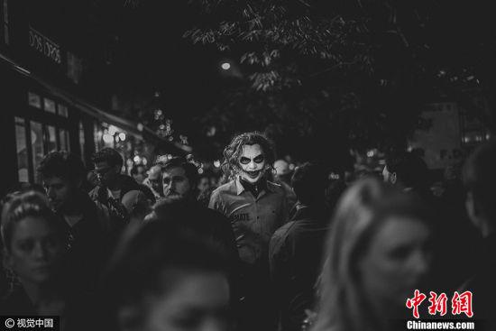 """希腊摄影师Constantinos Sofikitis作品《万圣夜主角》获得2017索尼世界摄影大赛公开组""""街拍类""""大奖。图片来源:CFP视觉中国"""